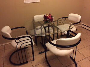 Like New Glass Dinning Table with 4 Chairs