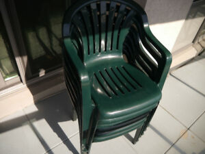 6 plastic patio chairs