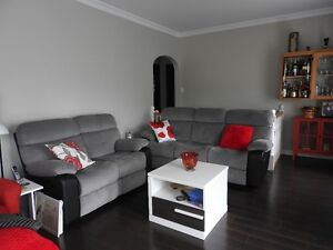 2 sofa inclinables  en tissu gris neuf dont un avec console. neg