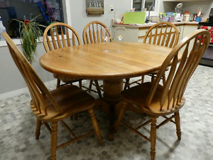 OAK TABLE . 2 LEAFS.  6 CHAIRS.  DELIVERY IS EXTRA