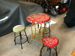 Pub style table and 3 bar stools. Excellent cond