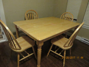 Table solid oak dining table with matching 4 chairs in excellen