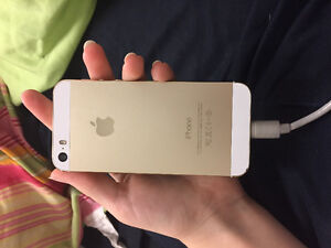 Gold iPhone 5s 10/10 condition London Ontario image 2