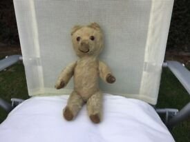 TEDDY BEAR. A VERY OLD STRAW-FILLED GLASS EYED VINTAGE 12 INCHES LONG. MADE PERHAPS AROUND 1930's