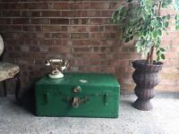 VINTAGE TRUNK CHEST COFFEE TABLE SIDE TABLE NICE FREE DELIVERY
