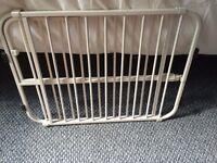 Extending pressure fixing pet gate