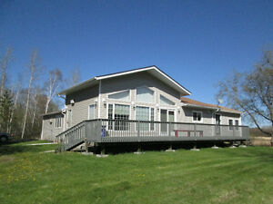 RIVERFRONT HOUSE OR COTTAGE MERE MINUTES FROM THE WHITESHELL