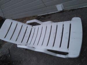 a vendre chaise longue 25 $ blanc bon etat