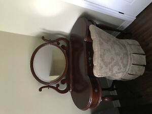 Vanity table and chair - Table vanité et chaise