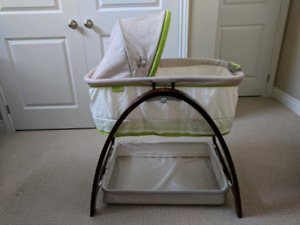 Summer Infant Bentwood Bassinet with Motion and Sound
