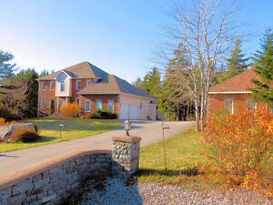 Classic Lakefront Home in Kingswood - 19 Lewis Lake Terr