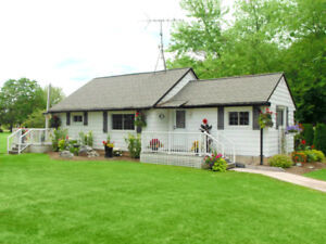 ***ONE BEDROOM COTTAGE, SPECTACULAR LOCATION ON NIAGARA RIVER***