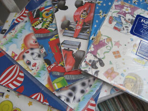 lot de papier d 'emballage neuf pour fête divers.