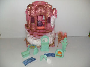 She-Ra Castle with accessories/ Chateau She-Ra avec accessoires.