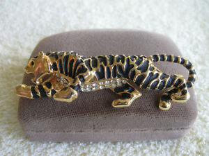 CLASSIC OLD VINTAGE HOLD-THAT-TIGER BROOCH ...from the [60s]