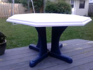 table patio avec parasol tres bonne qualite en fibre de verre