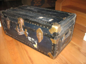 NICE OLD ANTIQUE TRAVELING TRUNK - STILL WITH KEY