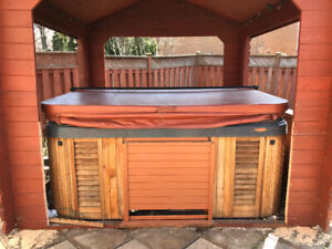 HOT TUB FOR SALE! Amazing condition ! Taking best offer!