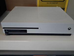 *** USED *** MICROSOFT XBOX ONE S W/ FIFA 17   S/N:4007163348   #STORE524