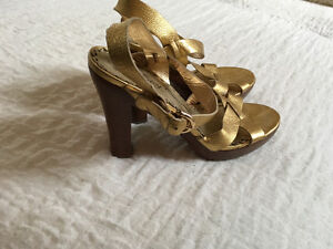 JUICY COUTURE GOLD SANDAL - SIZE 10