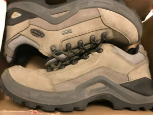 Used Men hiking shoes **Text only**