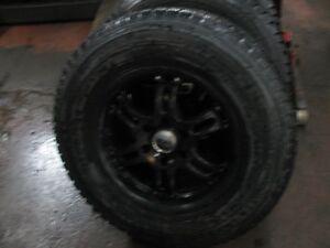 4 beaux pneus  Nokian  LT 265-70-17 avec Mags noirs