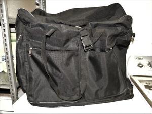 Valise (GRAND sac de voyage) avec six petites roulettes dessous