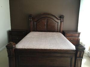 Chambre à coucher en pin brun, grand lit/ queen. Bedroom set.