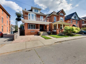 Fabulous 4+1 bed home in popular Stinson neighbourhood!