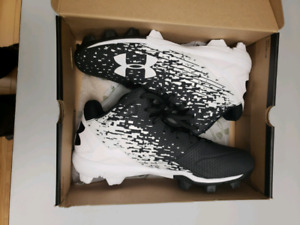 Mens size 11 under armour baseball cleats