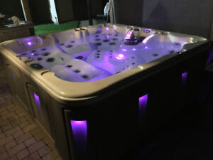 Nice hot tub - amazing  like new - vacation in your own yard!!