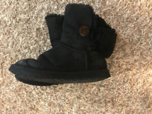 Uggs Bailey button size 8