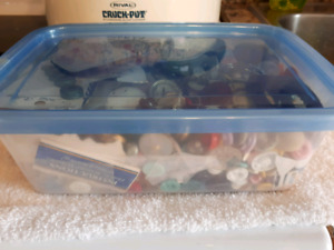 BUTTONS MIXED IN CONTAINER 4.00