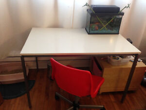 Ensemble de bureau : chaise et table IKEA