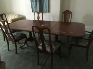 Dining Room Table and 6 chairs (2 leafs)