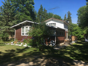 1200 sq. ft. spacious cabin by beach and playground near Gimli