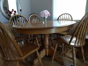 Solid Oak table w/6chairs and two table leafs (FANTASTIC PRICE)