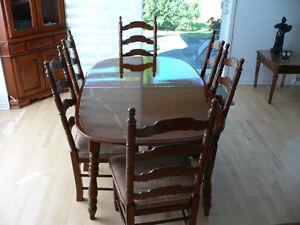 Vaisselier table,s'allongeant à 93 po 6 chaises de marque Vilas