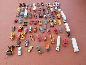 Autos et camions en acier