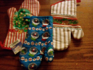 CHRISTMAS OVEN MITTS