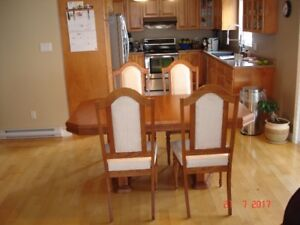 FOR SALE DINING ROOM TABLE CHAIRS AND CHINA CABINET AND HUTCH