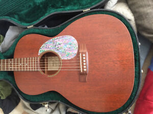 MARTIN OOOS15. slotted head stock. abalone pic guard. hard shell