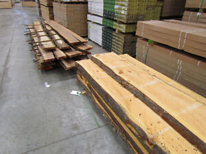 Planches de bois de grange , tranches d'arbres , décor rustique.