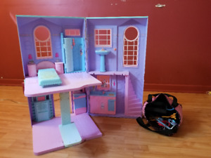 Maison de Barbie avec accessoires de Barbie/Monster High - 20$