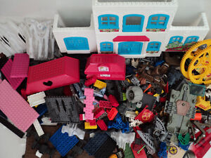 MEGA BLOKS/OVER 900 PIECES/SAME SIZE/COMPATIBLE WITH LEGO BLOCKS