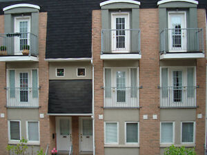 Condo Townhouse 3 minute walk from Subway and Close to High Park