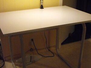 Table à dessin avec lampe