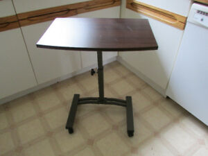Adjustable mobile computer table