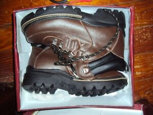 New Woman's size 10 leather sherpa lined winter hiking boot