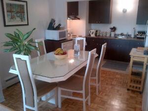 Set (ensemble) de cuisine. Table, vitre protection et 6 chaises